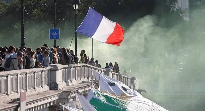 Manifestantes entraram em choque com policiais quando a polícia disparou gás lacrimogêneo