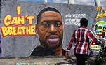 Homem passa em frente a grafite em homenagem a George Floyd em Berlim, Alemanha