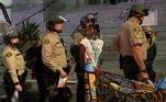 Policiais escoltam pessoas presas durante ato contra o racismo em Los Angeles