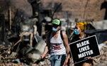 Manifestantes carregam cartaz Black Lives Matters nos protestos em Minneapolis pela morte de George Floyd