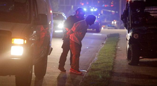 Manifestante é preso durante protesto em Minneapolis