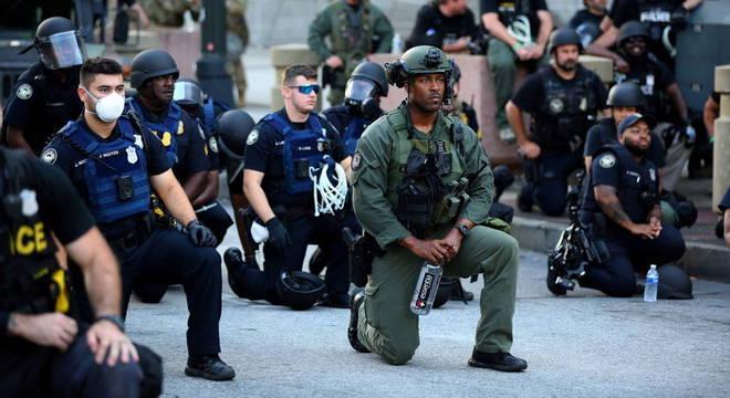 Críticos de abusos policiais apontam que militarização afeta negros e latinos