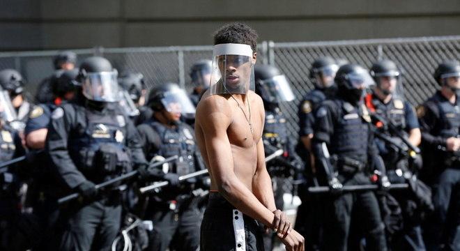 Manifestante em Portland, durante manifestações contra o racismo e a violência policial