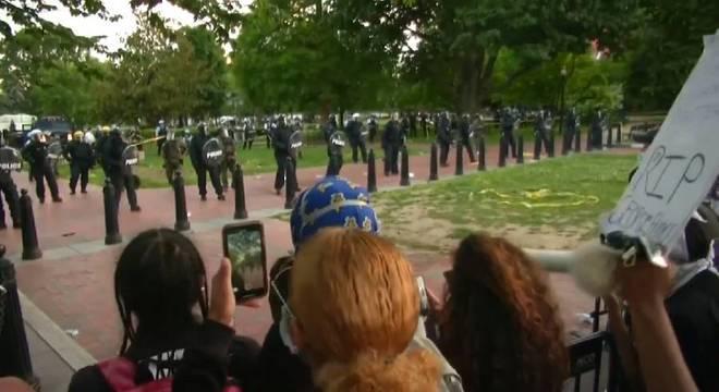 Manifestantes se reúnem diante da Casa Branca, em Washington