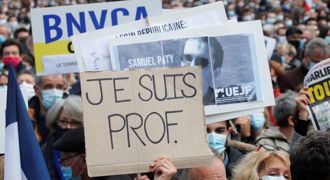 Milhares de franceses foram às ruas homenagear professor decapitado