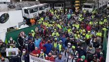 Garis protestam por vacinas contra covid e entram em greve em SP