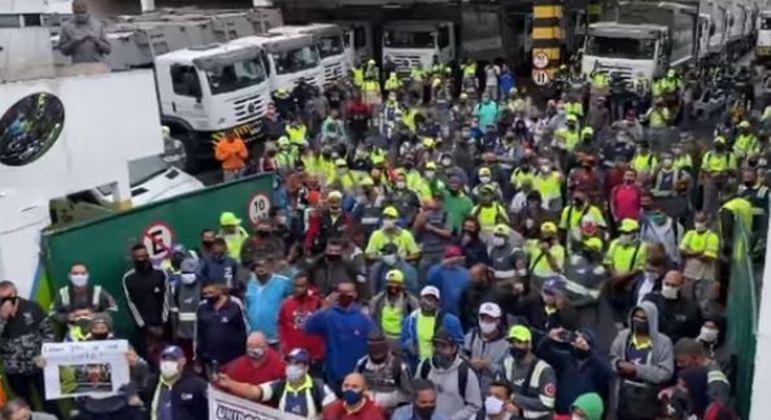 Trabalhadores da limpeza urbana fazem protestos por vacinas contra covid-19
