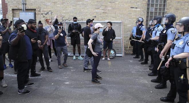 Manifestantes e policiais ficam frente a frente no centro de Minneapolis (EUA)