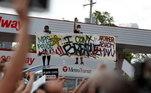 Manifestantes com faixa onde se lê 'não consigo respirar', 'polícia mata' e 'outro homem negro' durante protestos pelo assassinato de George Floyd por um policial branco em Minneapolis, nos EUA