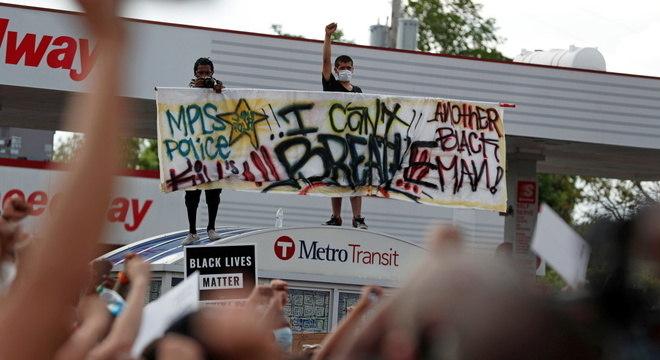 'Não consigo respirar': faixa repete últimas palavras de Floyd, sufocado por policial