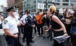Mulher grita com policiais durante manifestação contra a violência policial e o racismo após a morte de George Floyd em Minneapolis