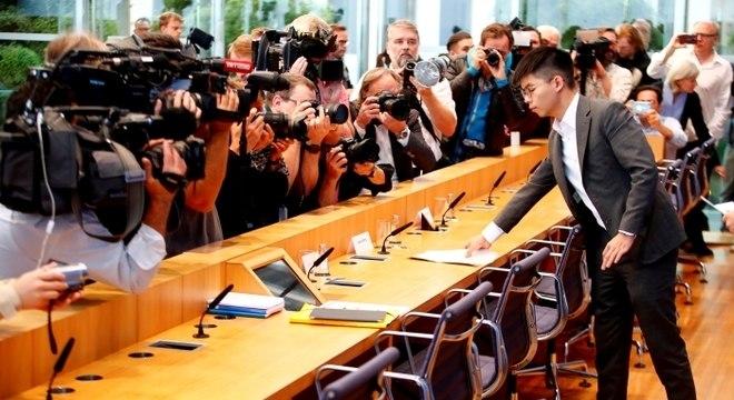 Ativista pró-democracia de Hong Kong Joshua Wong concede entrevista coletiva