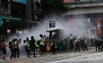 Membros da imprensa e manifestantes são atingidos por jato d'água em protesto contra a nova Lei de Segurança Nacional de Hong Kong
