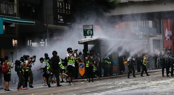 Manifestantes em protesto contra a nova Lei de Segurança Nacional de Hong Kong