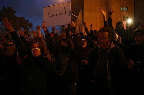 Iranianos protestam após queda de avião