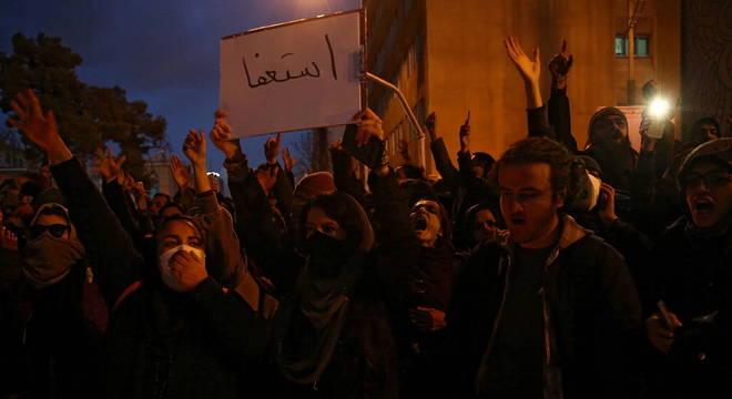 Iranianos protestam contra o governo após admissão de culpa por queda de avião
