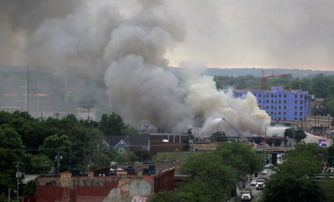 Minneapolis amanheceu, nesta sexta-feira (29), com diversos focos de incêndio provocados durante a noite e a madrugada por manifestantes que se reuniram nas proximidades da 3ª Delegacia de Polícia da cidade em atos contra a violência policial e o racismo. A entrada da delegacia foi incendiada