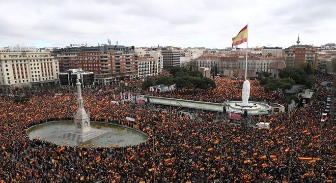 Milhares de pessoas lotam a Praça Colón, durante protesto em Madri