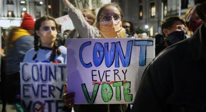 Embora prazo para votar nas eleições dos Estados Unidos tenha terminado na terça-feira, 3 de novembro, contagem de votos continua em muitos Estados