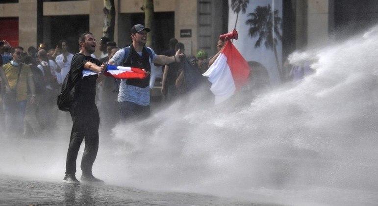 Protestos na França contra medidas anticovid do governo de Emmanuel Macron