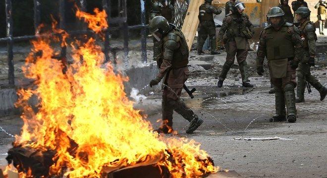 População do Chile foi às ruas para exigir reformas sociais. Algumas manifestações terminaram em violência e confrontos com a polícia