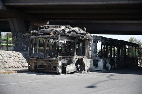 Ônibus destruído após protestos deste domingo