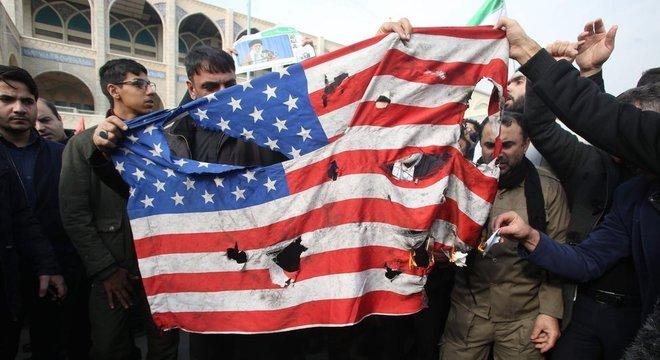Há um risco real de a crise alcançar uma escala mundial? O assassinato do general iraniano pelos EUA é legal e legítimo, considerando as leis internacionais? O correspondente de defesa da BBC, Jonathan Marcus, responde a essas perguntas