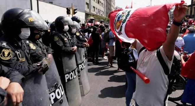 Manifestantes protestam do lado de fora do Congresso após queda de presidente