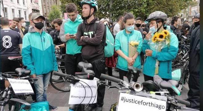 Brasileiros protestaram pedindo justiça pela morte de Thiago Cortes, em Dublin