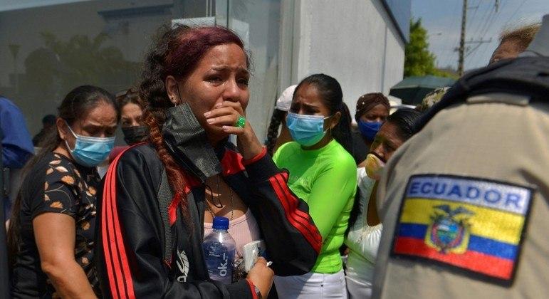 Famílias de presos aguardam informações na porta do presídio, em Guayaquil