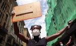 Mulher carrega cartaz 'Eu tenho o sonho de Martin Luther King' durante marcha contra o racismo em Barcelona