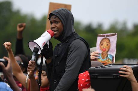 John Boyega faz discurso contra racismo