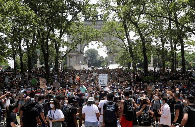 Concentração de manifestantes na Grand Army Plaza, no Brooklin, Nova York, durante os protestos deste sábado (6) contra o racismo