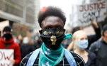 Manifestante com máscara em protesto contra o racismo em Londres
