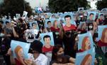 Nas ruas, os manifestantes ostentavam cartazes com os rostos de vários líderes dos protestos que foram presos pela polícia, enquanto cobravam