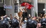 Tunísia: ministro da Defesa é demitido após dia de confrontosVEJA MAIS