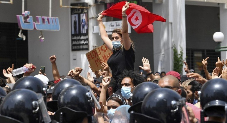Presidente da Tunísia suspendeu atividades do Parlamento na noite de domingo (25)