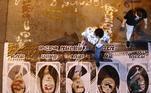 Na Tailandia, manifestantes pró-democracia pisam em fotos do primeiro-ministro Prayut Chan-o-cha, e de outros representantes do governo. O grupo bloqueou uma rodovida em protestos contra o atual governo e prisão de opositores ao regime. Os manifestantes exigem a renúncia do primeiro-ministro tailandês, uma nova constituição e uma reforma da monarquia