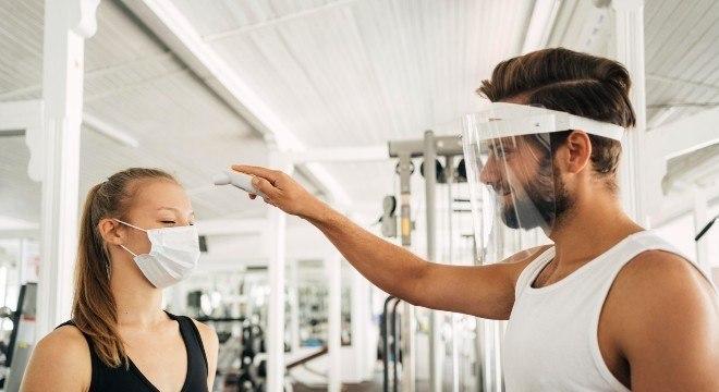 Protetores faciais são ineficazes contra o coronavírus