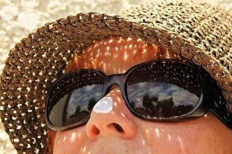 Chapéu, óculos e roupas com proteção ajudam a evitar os danos