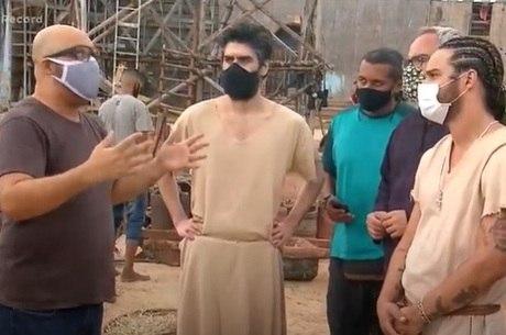 Equipe e elenco usam máscaras nos bastidores