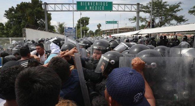 Fforte contingente policial impedia a entrada dos imigrantes no México