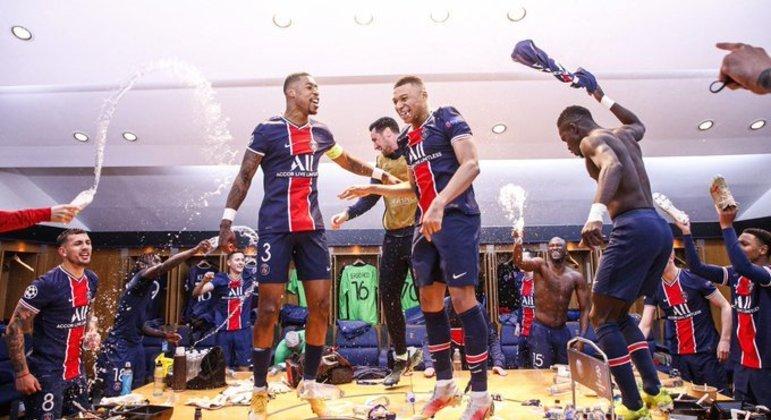A festa do PSG, no vestiário, pela classificação para a semifinal da Champions