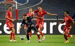 Neymar cercado por vários jogadores do Bayern durante jogada no segundo tempo da partida