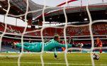 Navas, goleiro do PSG, se estica todo para fazer a defesa durante um ataque do Bayern no primeiro tempo da final da Champions. A partida acontece em Lisboa, Portugal