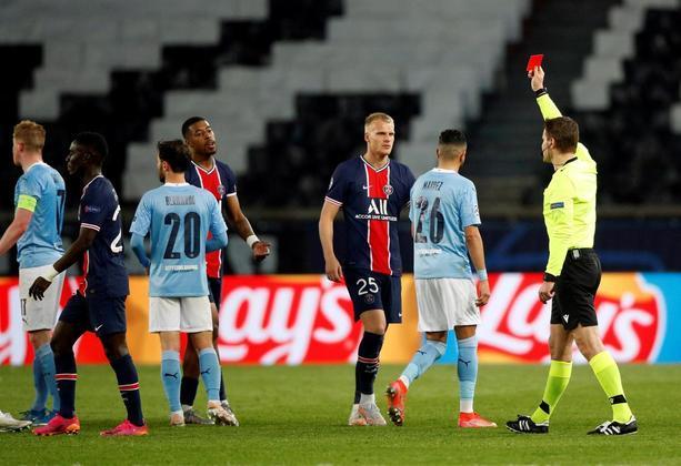 No final da partida, Gueye foi expulso após entrada violenta em Gundogan, e desfalcará o time francês para o jogo da volta em Manchester