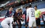 Nos minutos finais do jogo, Neymar, enfurecido, empurrou um adversário que segurava a bola para retardar a partida. O ato, considerado violento, resultou na aplicação do segundo cartão amarelo para o brasileiro, que acabou sendo expulsoVeja também:Adriano briga com namorada em hotel de luxo e termina relação