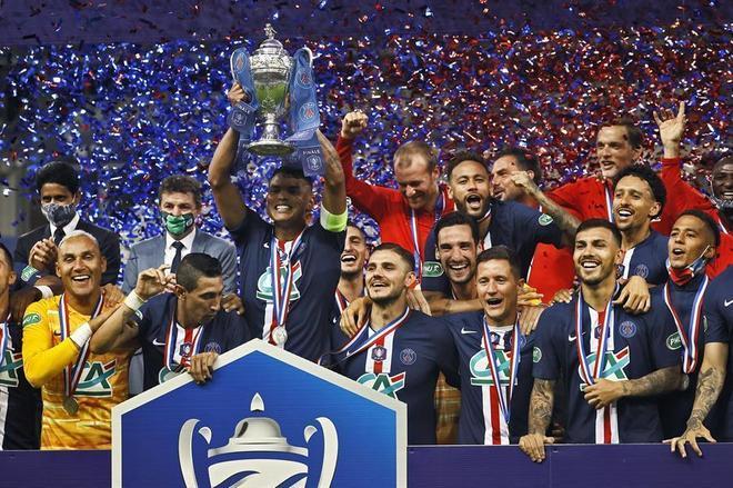 O Paris Saint-Germain é campeão da Copa da França. Com gol de Neymar ainda na primeira etapa, o time superou o Saint-Etienne e garantiu o 'double', já que também já foi campeão francês, torneio encerrado por causa da pandemia de coronavírus. O capitão Thiago Silva, de saída do clube, é quem teve a honra de erguer e taça
