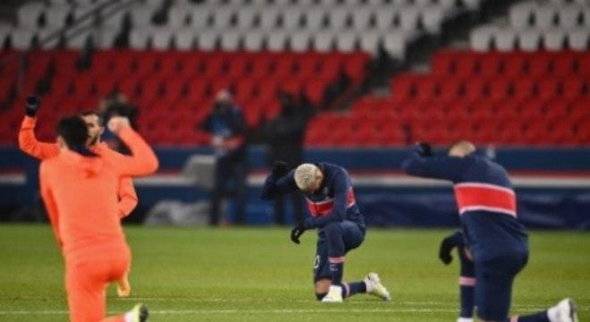 Jogadores do PSG e do Istanbul Basaksehir se manifestaram contra racismo