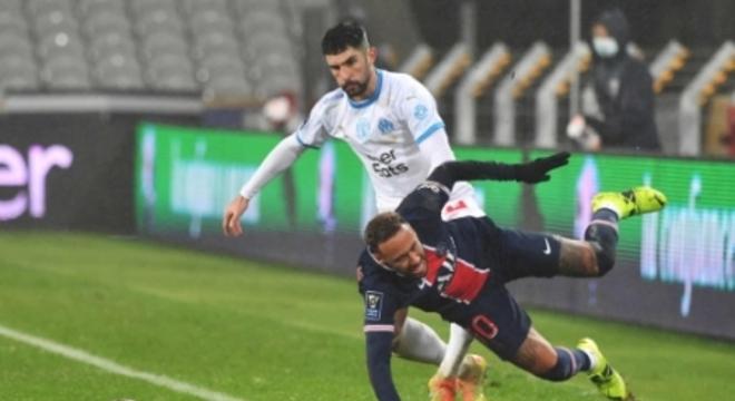 Neymar sofreu com a forte marcação de González